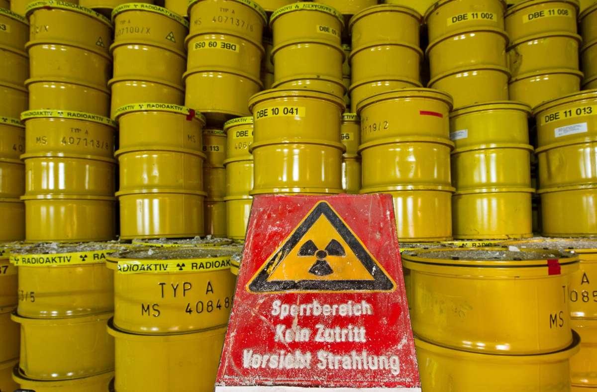 Weniger gefährlicher Atommüll wird in normalen Fässern gelagert. Foto: picture alliance / Jens Wolf/dpa