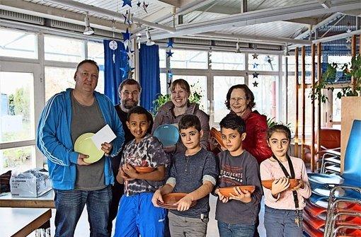 Auf dem Bild zu sehen sind (von links): Alberta-Leiter Jens Kraske, Ulrich Storz, Julia Möhrmann und Gerdi Storz (alle SPD) und Kinder aus dem Café Foto: privat