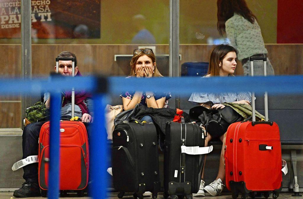 Im Juli  traf ein Streik des Kabinenpersonals Ryanair-Passagiere, wie hier in Madrid. Diesen Freitag fallen wegen eines Streiks der Piloten europaweit viele Flüge bei der irischen Billigfluglinie aus. Foto: AFP