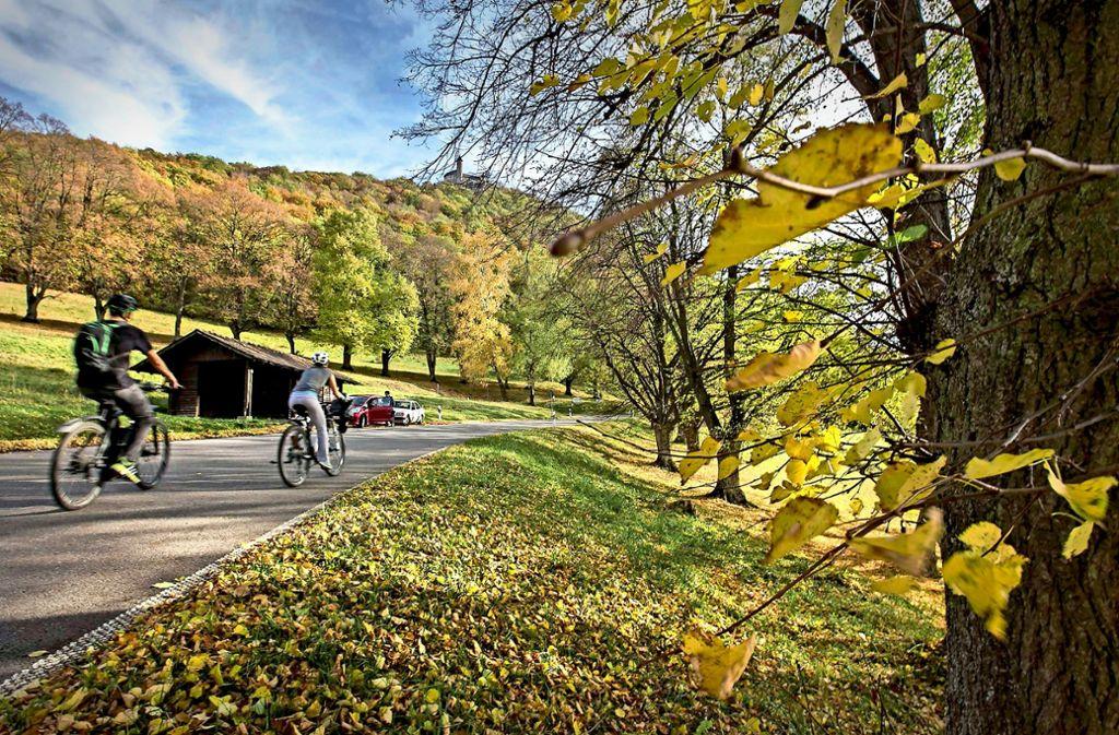 Der Landkreis Esslingen hat auch für Radfahrer sehr viel zu bieten – etwa eine herbstliche Tour auf die Burg Teck. Foto: Michael Steinert