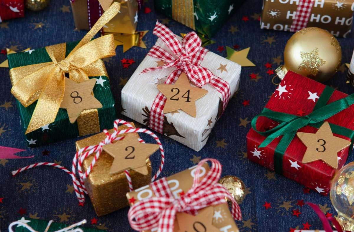 Ein selbst gemachter Adventskalender ist ein individuelles Geschenk in der Vorweihnachtszeit. (Symbolbild) Foto: imago images/CHROMORANGE
