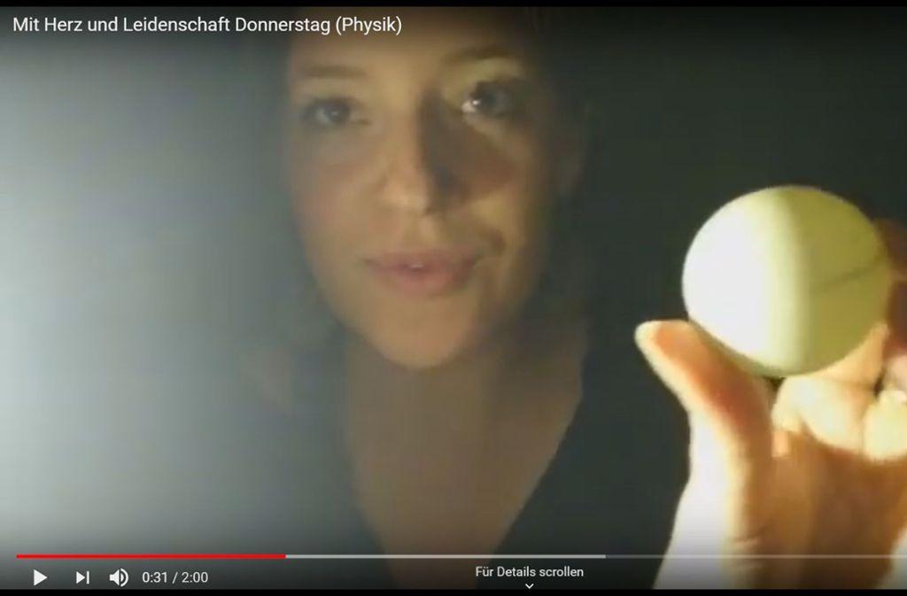"""Lehrerin Lea Weber gibt Unterricht über den Youtube-Channel """"Mit Herz und Leidenschaft"""". Foto: Screenshot/ Youtube Mit Herz und Leidenschaft"""