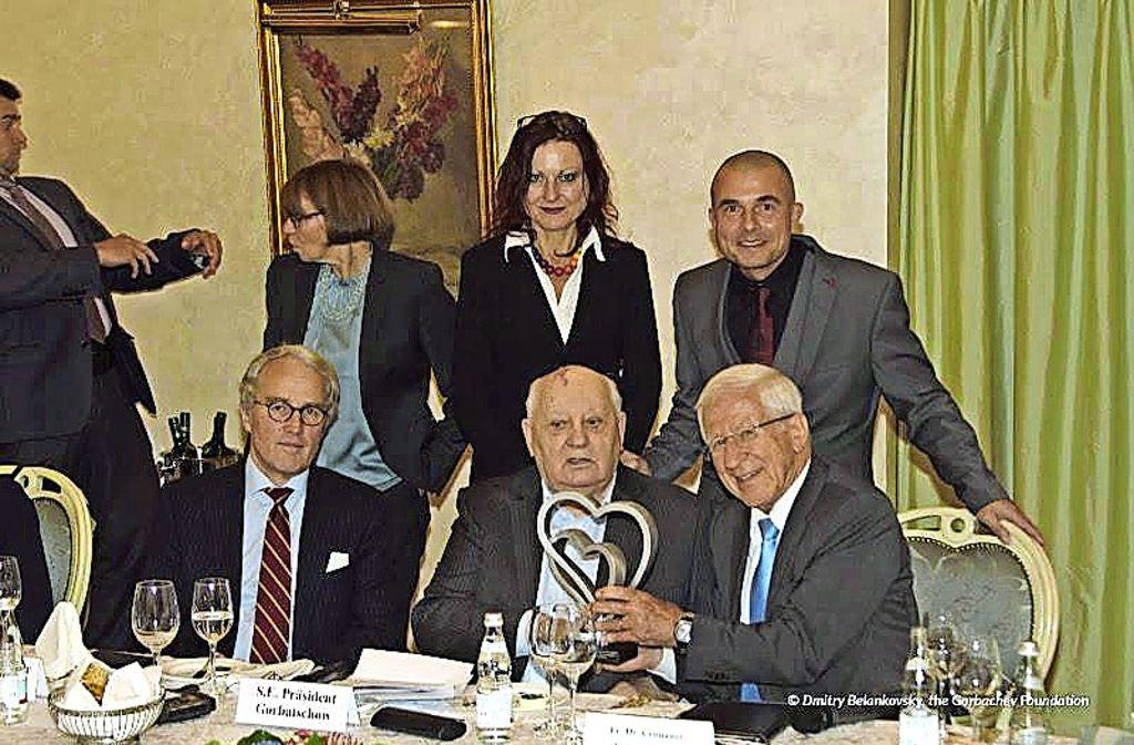 Botschafter Rüdiger von Fritsch, Michail Gorbatschow und  Franz Alt (von links.) mit dem Preis. Im Hintergrund Antje Binder-Stohrer (Mitte) und Karsten Enz. Foto: Human Projects