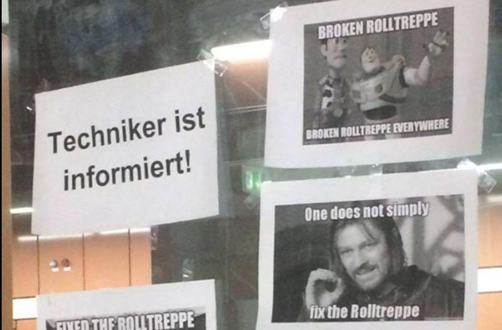 """Kleine Plakate mit lustigen Sprüchen an der Haltestelle """"Universität"""" in Stuttgart sorgen für ein Schmunzeln beim Treppensteigen. Foto: Natalia Weißker"""