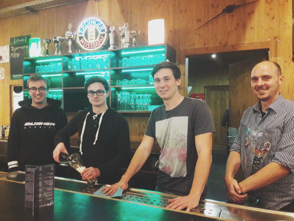 Haben immer Spaß hinterm Thekle: Joshua Stützle, Leonard Mölders, Sebastian Gieray und Dieter Ruß (von links). Foto: Lea Weinmann