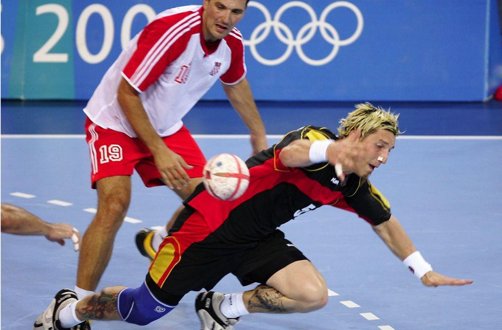 Zwischen Deutschland und Kroatien geht es gut zur Sache. Hier fällt Stefan Kretzschmar. Foto: /Baumann