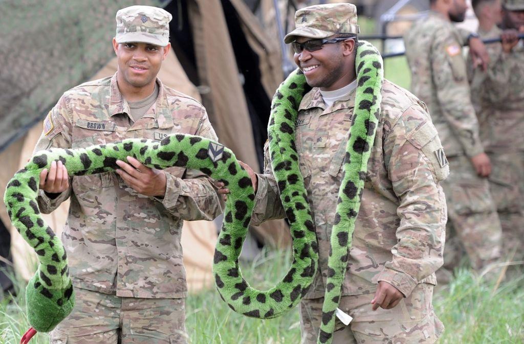 Ganz so lustig wie diese amerikanischen Soldaten, die vor Beginn der Übung mit einer Plüsch-Anakonda posieren, können die Russen das Militärmanöver nicht finden. Foto: dpa