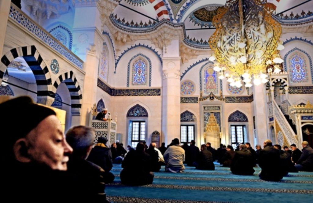 Berliner Muslime versammeln sich zum Freitagsgebet in der Neuköllner Sehitlik-Moschee. Der Anschlag von Paris erfüllt sie mit Abscheu. Foto: dpa