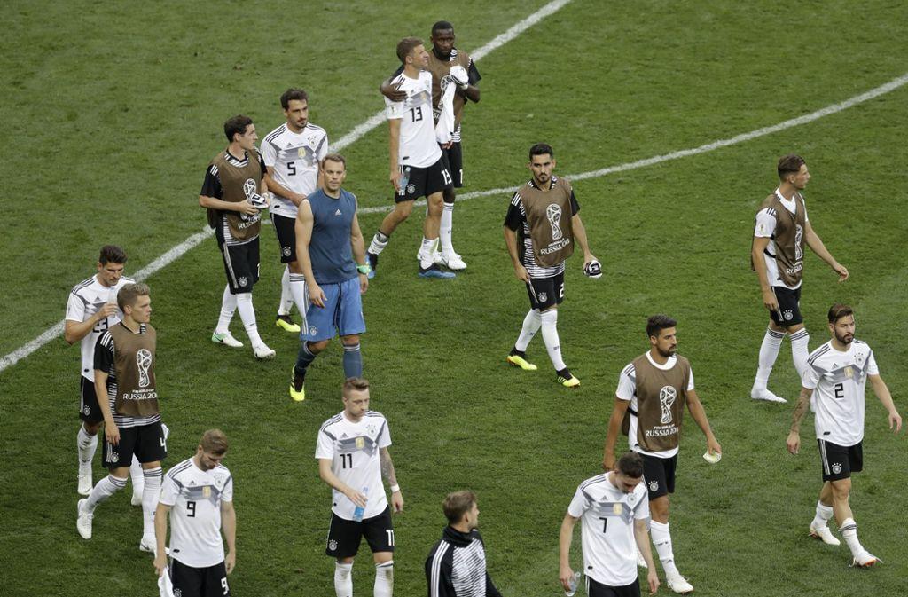 Die enttäuschte deutsche Mannschaft geht nach der 0:1-Niederlage beim WM-Auftakt gegen Mexiko vom Platz. Foto: AP