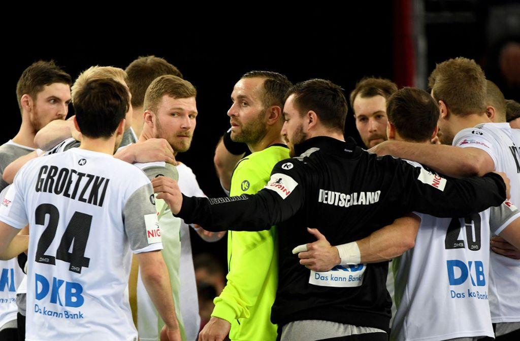 Deutschlands Torhüter Silvio Heinevetter (Mitte) und seine Teamkollegen stehen nach Spielende bei der Handball-EM gegen Mazedonien auf dem Spielfeld Foto: dpa-Zentralbild
