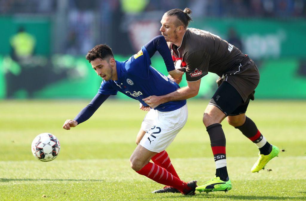 Bald für den VfB Stuttgart am Ball: Atakan Karazor (li.) von Holstein Kiel. Foto: Getty