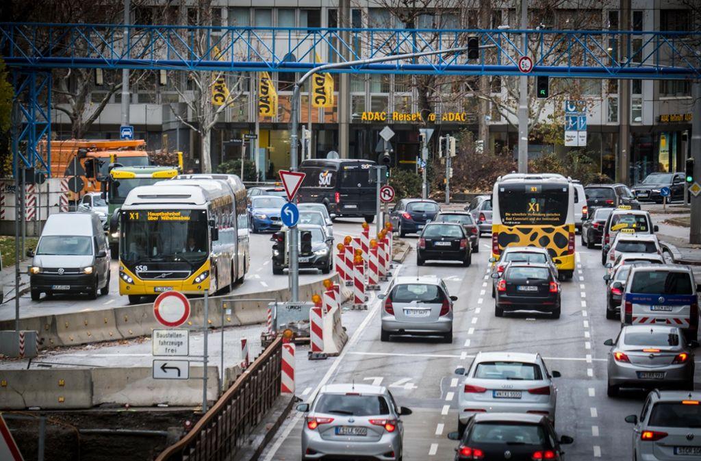 Am Neckartor soll es stadtauswärts eine Busspur geben. Die rechte Fahrspur für Autos fiele weg. Foto: Lichtgut/Achim Zweygarth