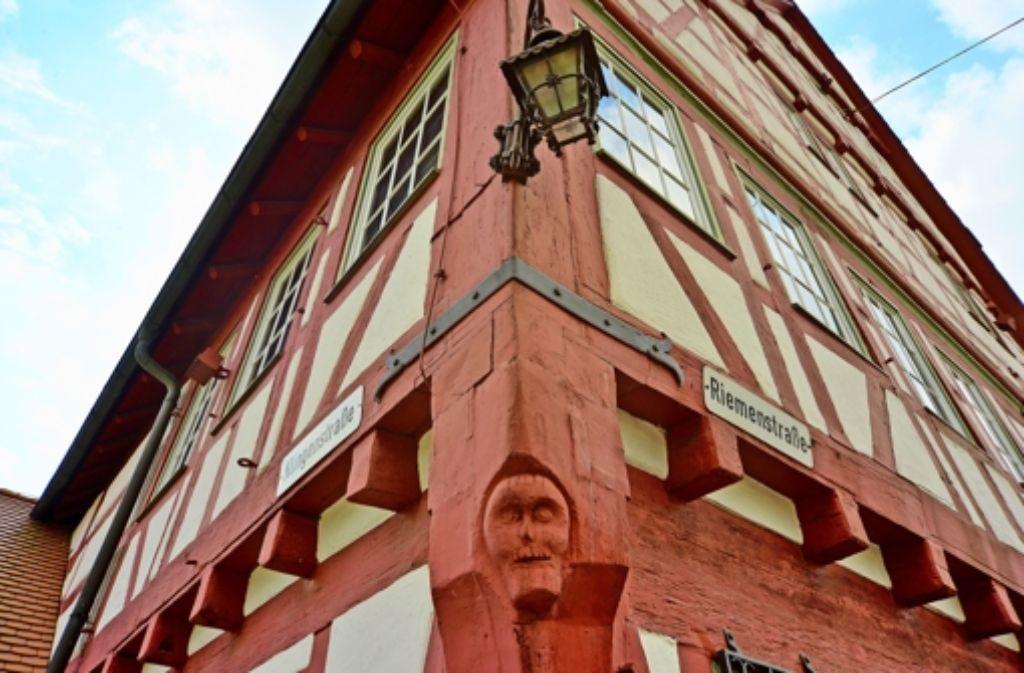 Heimat ist vielfältig. Für manche Menschen hat diese Schnitzerei am Filderstadtmuseum in Bonlanden eine besondere Bedeutung Foto: .Leven/Ridder/Rudel