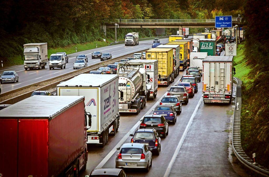 Stau auf der A 8 am Kreuz Stuttgart: Hier will der Bund eine vierte Fahrspur in jeder Richtung bauen. Momentan kann der Standstreifen mitgenutzt werden. Foto: Lichtgut/Achim Zweygarth