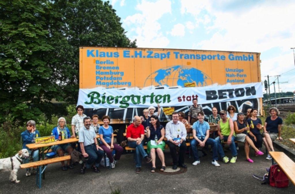Einige Vaihinger sind dem Aufruf der VK 21 gefolgt und sind gemütlich im Biergarten zusammengesessen. Foto: z/Guntram Gerst