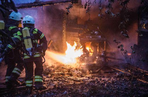 Brände in Hütte  und Doppelhaus
