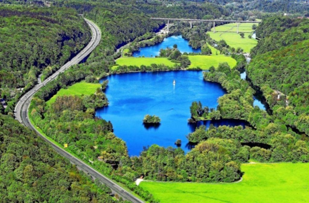 Der See liegt zwischen der B 27 und dem Neckar. Foto: Manfred Grohe