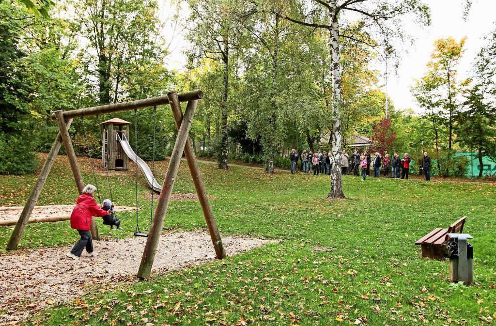 Die Gemeinderäte  vor Ort: Auch das Gelände eines Spielplatzes könnte als Standort für    eine Foto: factum/Bach