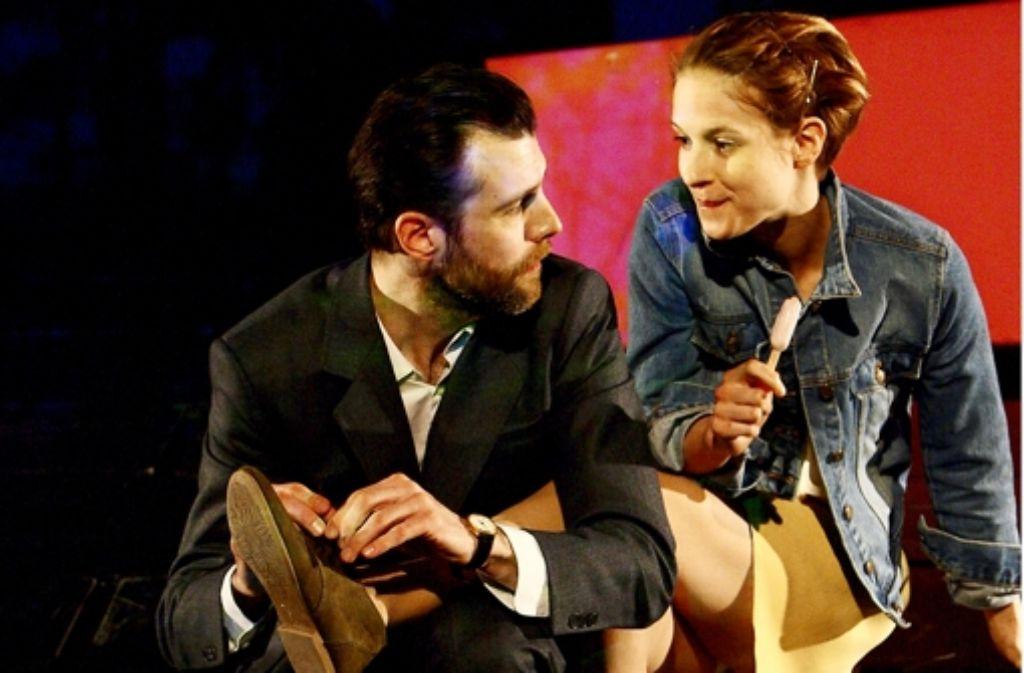 Frauenbeine sind sein Fachgebiet: Benjamin Grüter als Heinrich und Lisa Bitter als die ihn begehrende Julia. Foto: Schauspiel Stuttgart