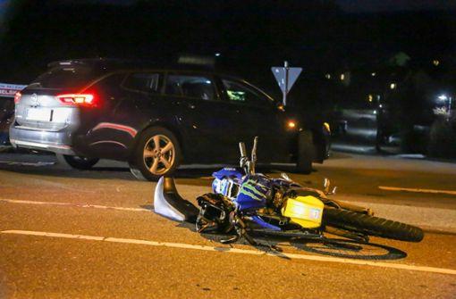 Autofahrer übersieht Biker – 19-Jähriger schwer verletzt