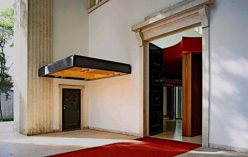 Das Vordach des in Venedig nachgebauten Kanzlerbungalows von 1964  stört die steinerne Symmetrie  des Deutschen Pavillons. Foto: CLA