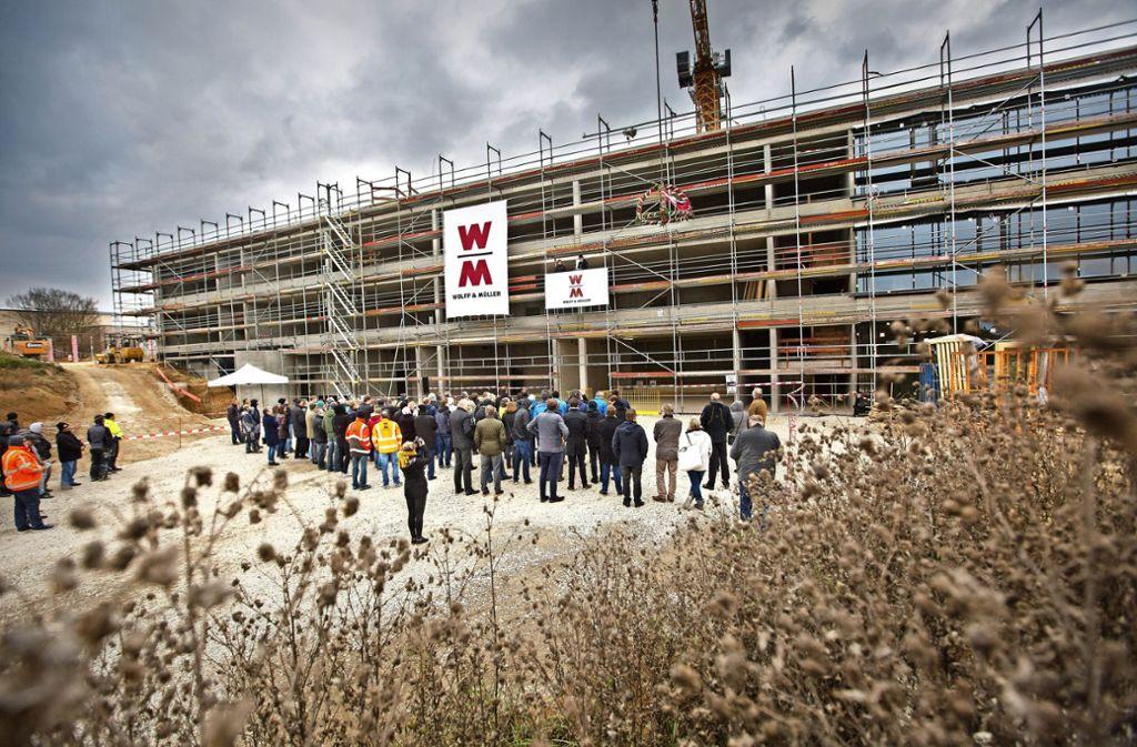 Richtfest an der Albert-Schäffle-Schule. Der Neubau auf dem Nürtinger Säer ist eines von  sechs Millionenprojekten, die der Landkreis vorantreibt. Foto: Ines Rudel