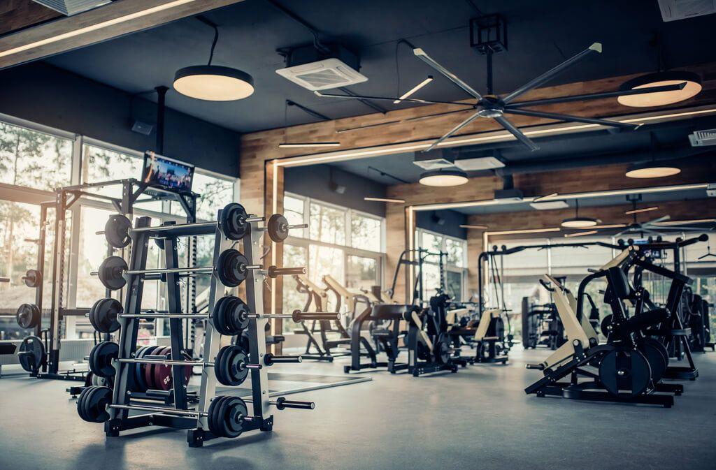 Die Fitnessstudios bleiben geschlossen. Was passiert jetzt mit den Verträgen und der Beitragszahlung? Foto: 4 PM production / Shutterstock.com