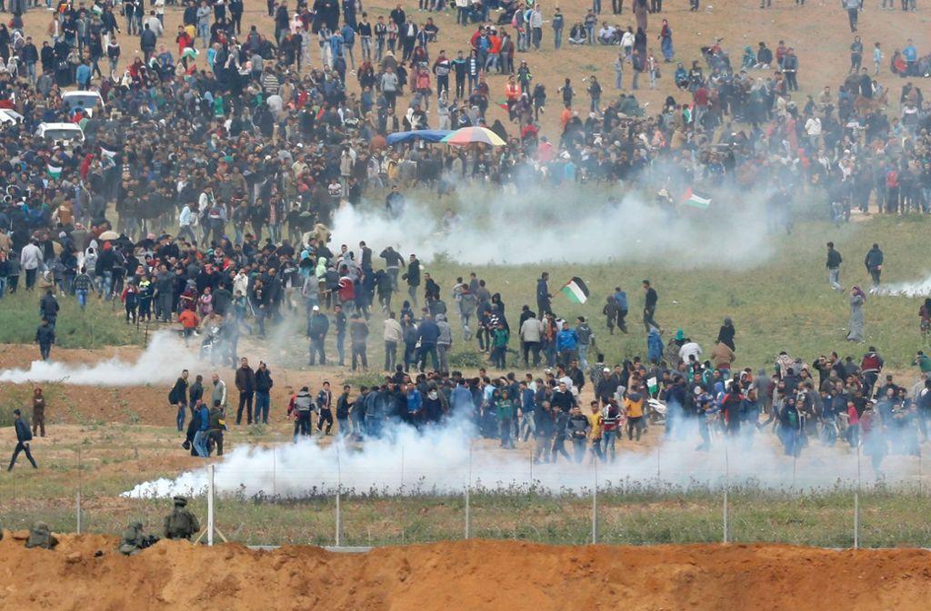 Tausende Menschen demonstrieren an der Grenze des Gazastreifens. Foto: AFP