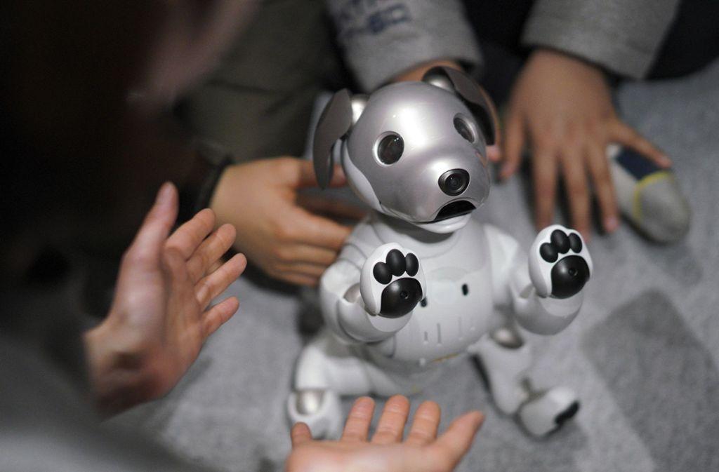 Süß und glubschäugig: Wie Sonys Roboterhund Aibo reagieren soziale Roboter auf das Verhalten von Menschen. weitere Fotos zu Techniktrends sind in der Bildergalerie zu finden. Foto: dpa