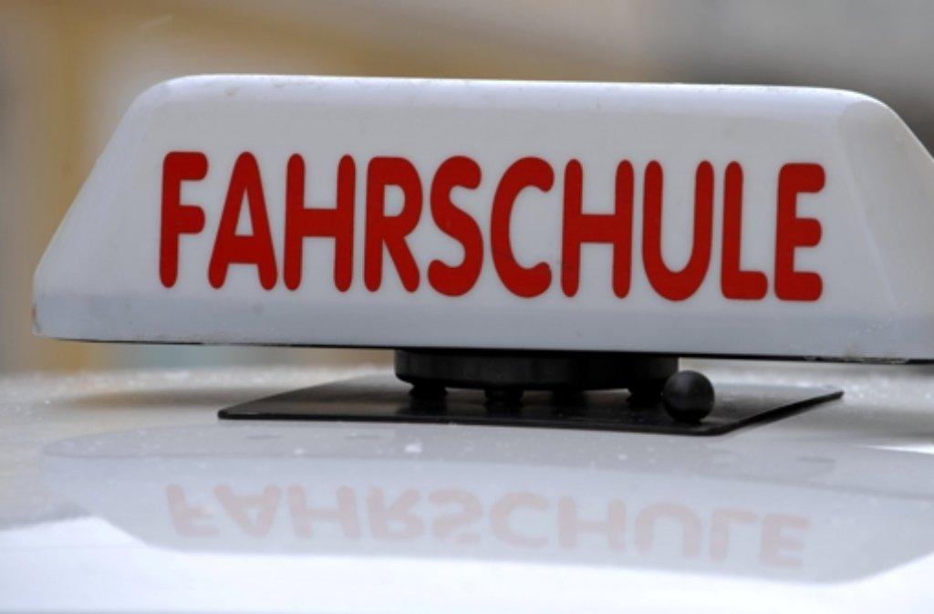Eine Fahrschülerin musste am Donnerstagabend nach einem Unfall in Böblingen in eine Klinik.  Foto: dpa/Symbolbild