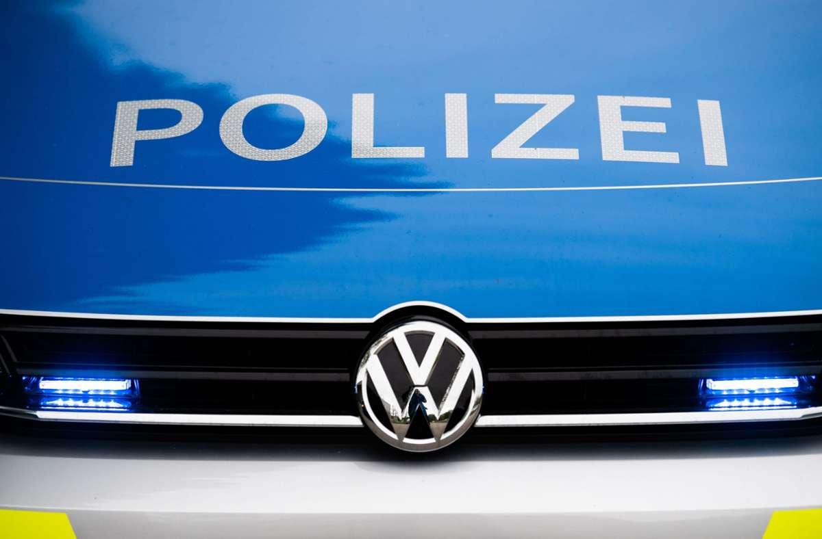 Die Polizei teilt mit, dass der Fahrer noch an der Unfallstelle im Kreis Lörrach verstorben sei (Symbolfoto). Foto: picture alliance/dpa/Lino Mirgeler
