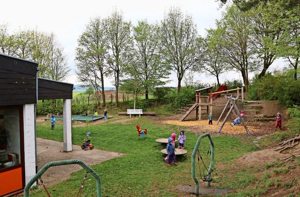 """Auf dem Spielbereich am Kindergarten Lailberg wird schon lange nach Herzenslust getobt. Ein zweiter Kindergarten entsteht bald direkt nebenan, dann stehen die Spielgeräte auch den neuen """"Nachbarn"""" zur Verfügung. Foto: Andreas Gorr"""