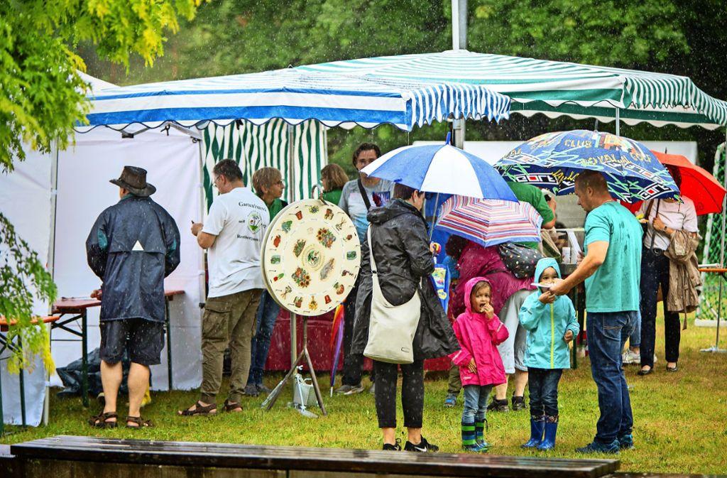Mit Schirm und Charme  haben die Rechberghausener dem Regen getrotzt und ihren Familientag  gefeiert –  so gut das bei diesen Bedingungen eben gegangen ist. Foto: Michael Steinert