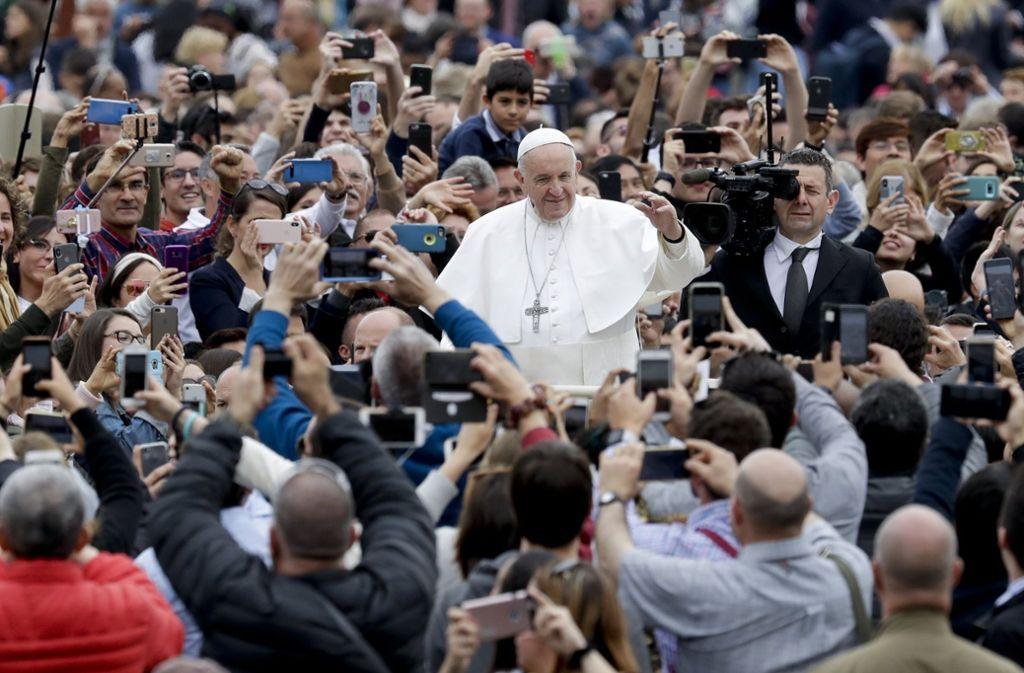 Zehntausende versammelten sich auf dem Petersplatz in Rom. Foto: AP