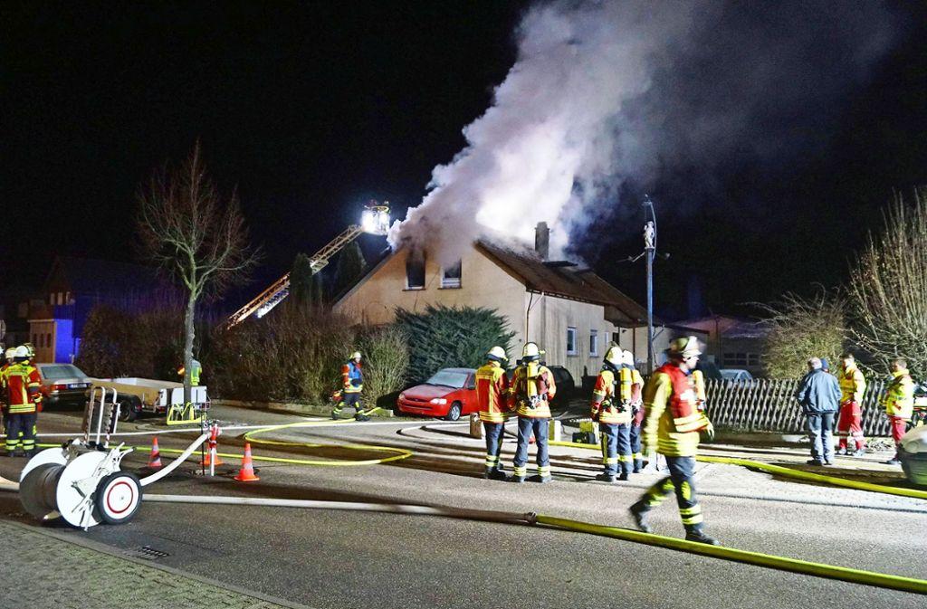 Nächtlicher Feuerwehreinsatz mit traurigem Ausgang: Der Bewohner der Dachgeschosswohnung konnte nicht mehr gerettet werden. Foto: 7aktuell/Hessenauer