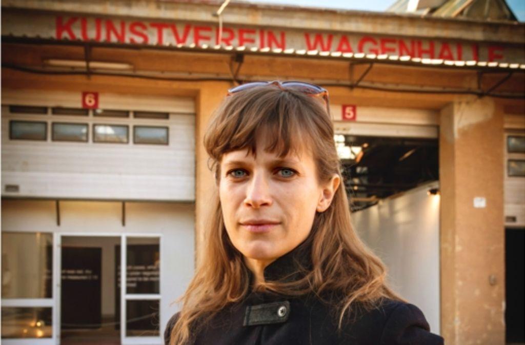 """Lisa Biedlingmaier setzt sich in der Ausstellung """"Foundation for Freckles"""" mit der Situation der Künstler an den Wagenhallen auseinander. Foto: Lichtgut/Zweygarth"""
