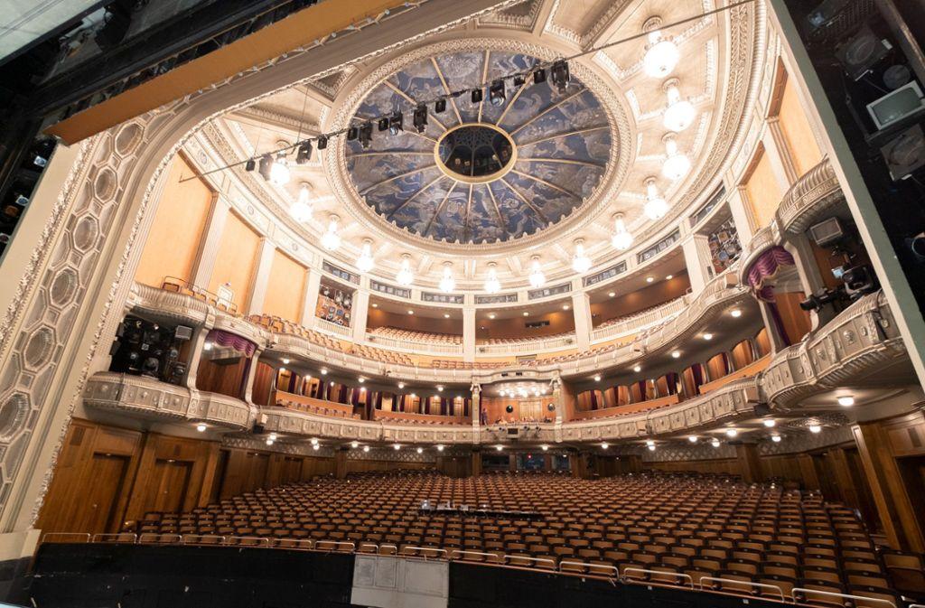 Bleiben die Ränge im Stuttgarter Opernhaus bald leer?  Mit seinen 1400 Plätzen sprengt das Haus die Tausender-Marke, die vielfach für Veranstaltungsabsagen herangezogen wird. Foto: dpa/Bernd Weissbrod