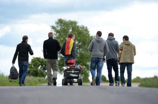Auto überfährt drei Männer mit Bollerwagen