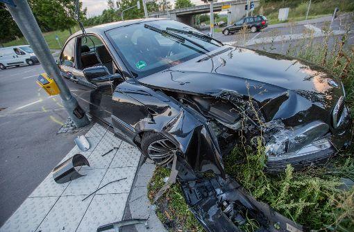 Junger BMW-Fahrer kracht gegen Ampelmast
