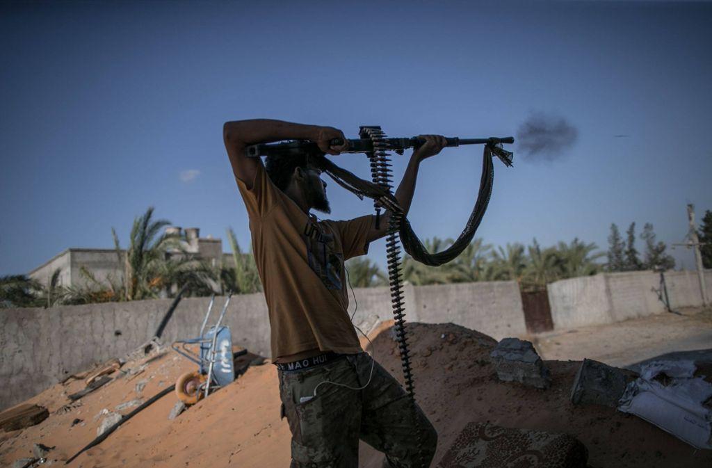 Ein Kämpfer der von der UNO anerkannten Einheitsregierung von Ministerpräsident Fajes al-Sarradsch schießt auf Chalifa Haftars Truppen. Damit soll jetzt Schluss sein. Foto: imago images / Xinhua/Amru Salahuddien