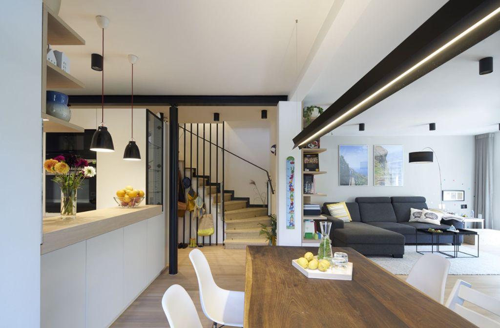 Für die Umgestaltung eines  Reihenhauses aus den 60er Jahren in München hat Anne Prestel mehrere Auszeichnungen erhalten. Die Innenarchitektin hat Wände herausgenommen und versetzt, Fenster vergrößert und so einen großzügigen Küchen-, Ess- und Wohnraum für eine vierköpfige Familie geschaffen. Foto: Stefan Müller-Naumann
