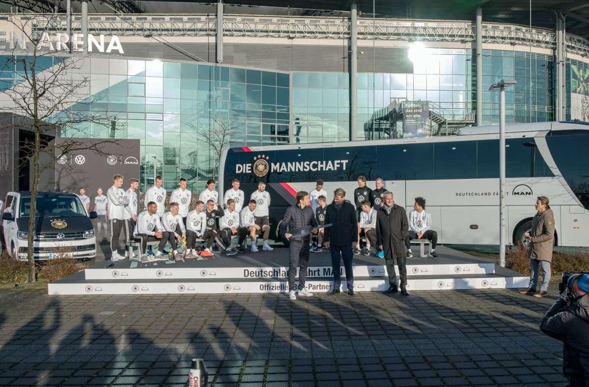 Im MAN-Werk Plauen werden derzeit noch Busse wie die der deutschen Fußball-Nationalmannschaft mit Spezialausstattungen versehen. Foto: dpa/Peter Steffen