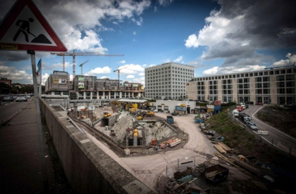 Die Grundstücke an der Heilbronner Straße neben dem Einkaufszentrum Milaneo (im Bild hinten) werden vermarktet. Foto: