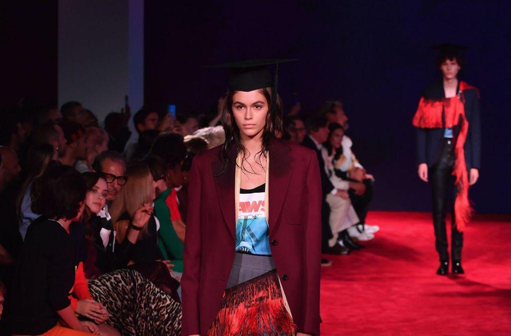 Ihrer Mutter Cindy Crawford wie aus dem Gesicht geschnitten: Kaia Gerber lief in New York für Calvin Klein 205W39NYC. Foto: AFP