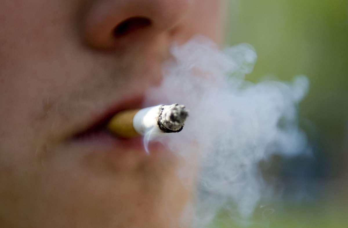 Plakatwerbung für das Rauchen wird schrittweise verboten. (Symbolbild) Foto: dpa/Robert Schlesinger