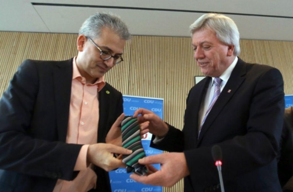 Regierungspartner: Tarek Al-Wazir (Grüne) und Volker Bouffier (CDU/von links) Foto: dpa