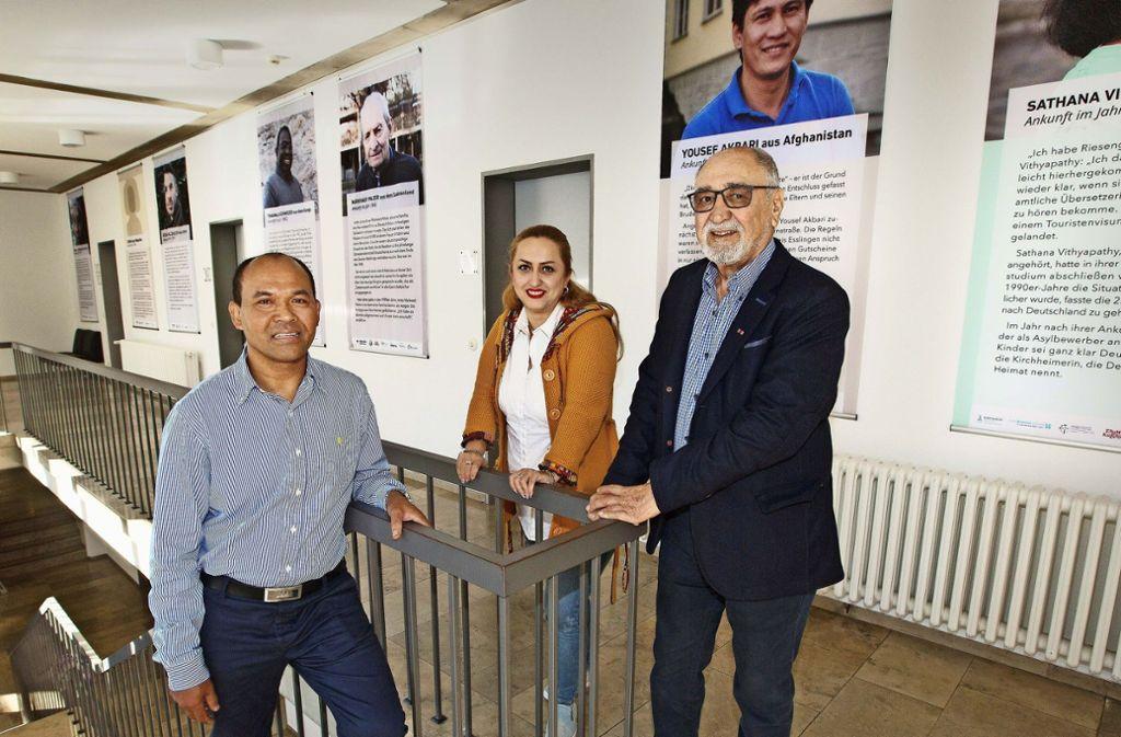 Vath Kuth, Zohreh Heidari und Said Amiri (v. li.) sind ein Teil der Wanderausstellung,  die in Kirchheim erweitert wurde. Foto: Ines Rudel
