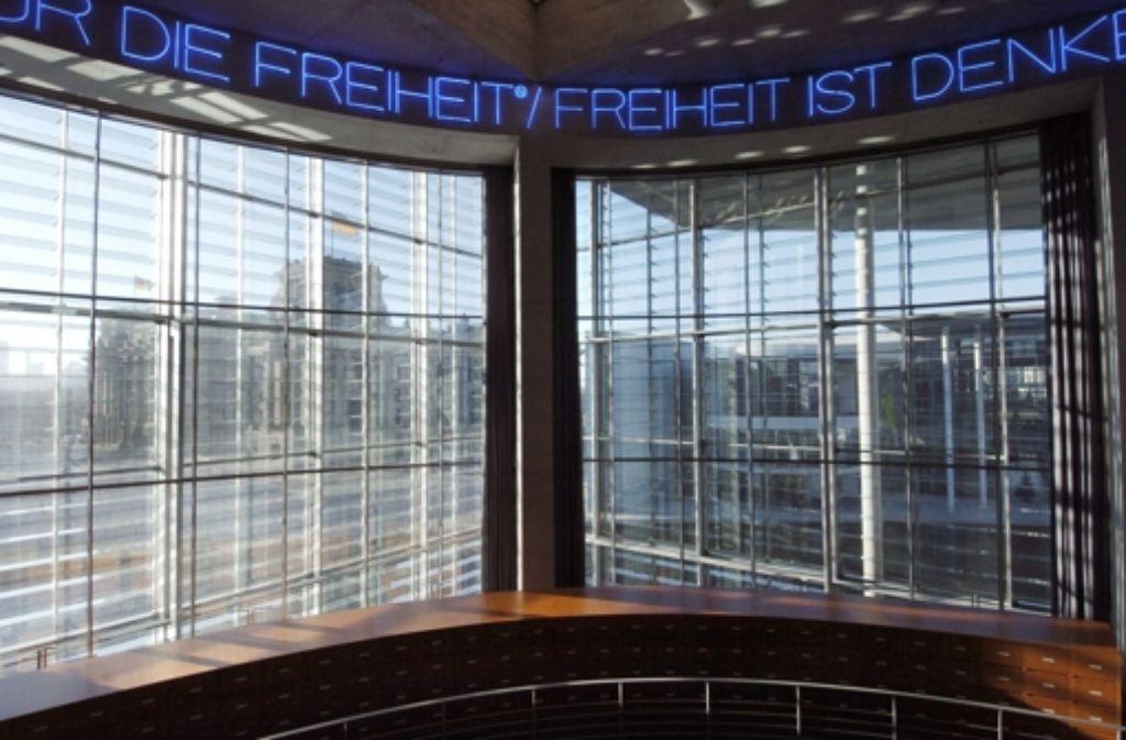 Fünf Stockwerke hoch ist die Rotunde mit dem Lesesaal der Bundestags-Bibliothek, die auch einen tollen Ausblick auf das Regierungsviertel bietet. Foto: dpa