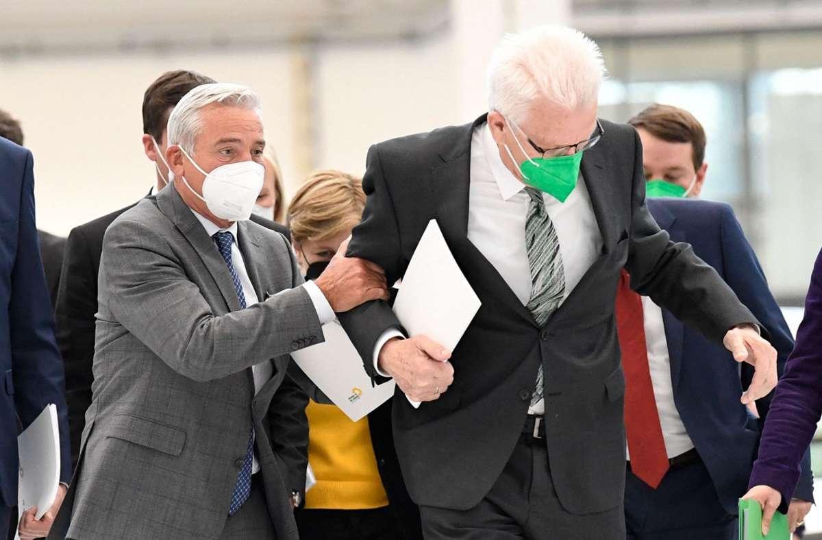 Ministerpräsident Winfried Kretschmann (rechts) neben dem CDU-Politiker Thomas Strobl. (Archivbild) Foto: AFP/THOMAS KIENZLE