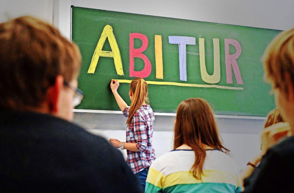 Eine Schülerin steht an der Tafel im Klassenzimmer Foto: dpa
